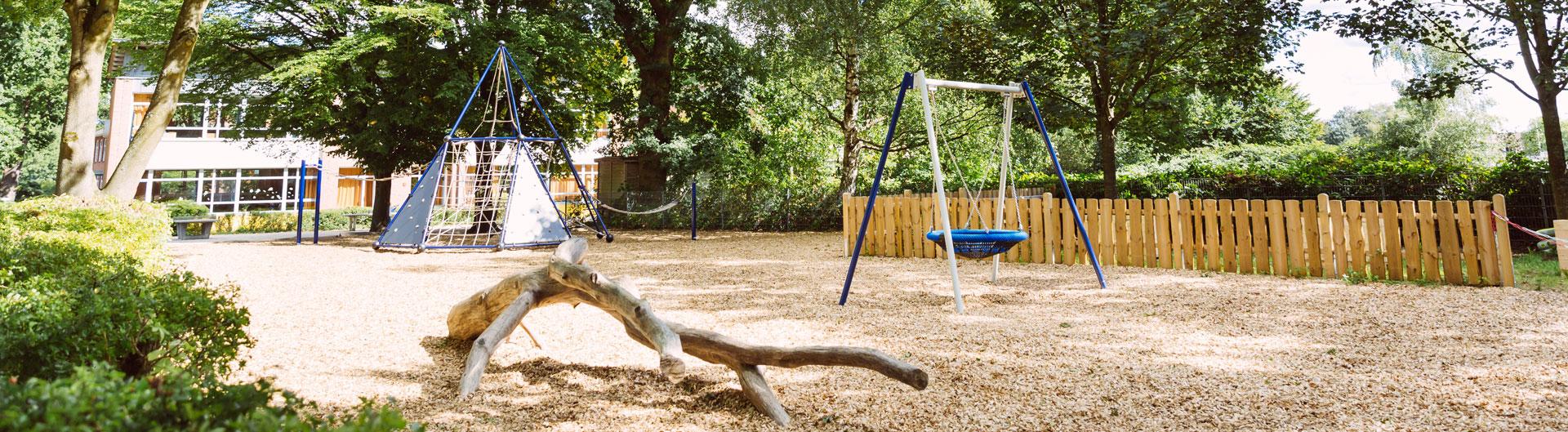 Leerer Spielplatz mit Schaukel und Klettergerüst