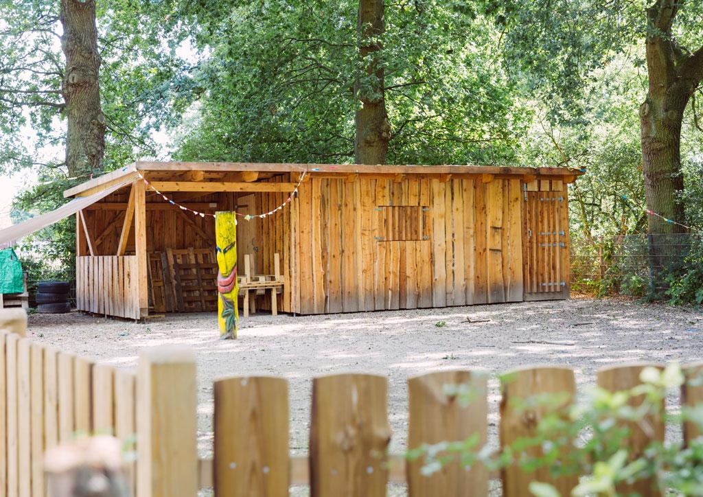 Das Bild zeigt eine selbst gebaute Holzherkstatt der Schule Lehmkuhle. Dies ist der Bauplatz wo alle Kinder die Möglichkeit haben in der Nachmittagsbetreuung unter Aufsicht mit Holz zu arbeiten.