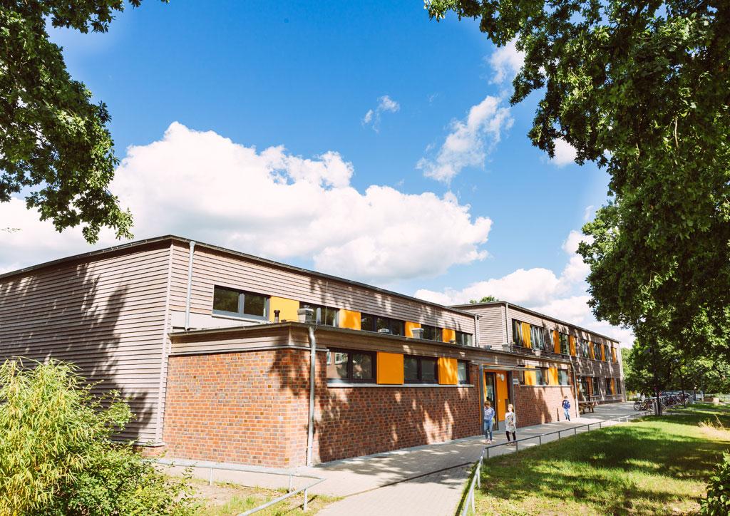Das Bild zeigt das neue Schulgebäude der Schule Lehmkuhle. In dem Gebäude befindet sich die Gymnastikhalle, mehrere Klassenräume und die Mensa.