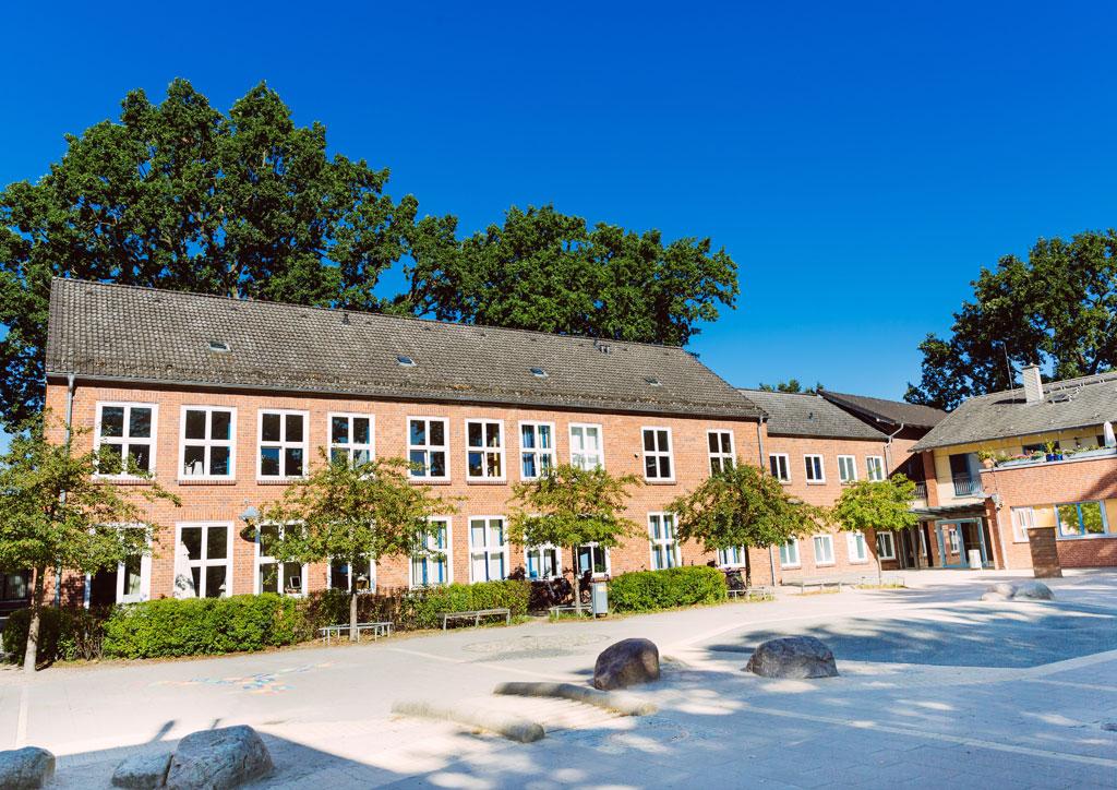Das Bild zeigt den Schulhof der Schule Lehmkuhle. Hier werden in den Pausen Fahrzeuge raus geholt mit denen die Kinder fahren dürfen.