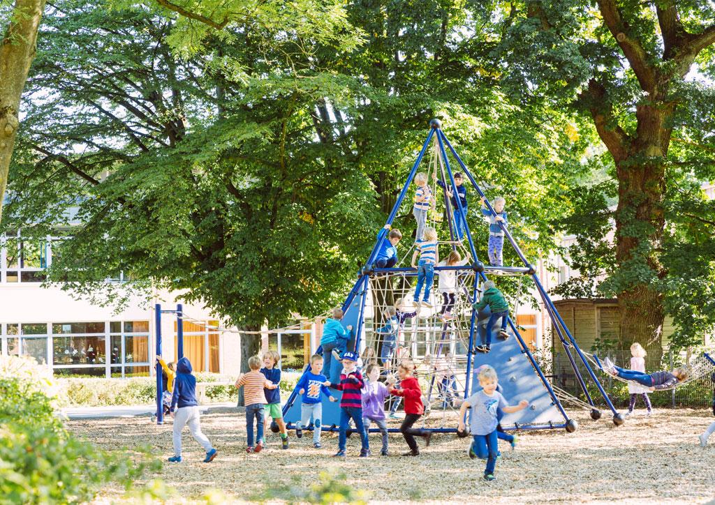 Das Bild zeigt die große Kletterspinne der Schule Lehmkuhle. Viele Kinder klettern auf dieser täglich herum.