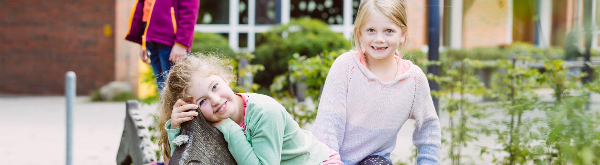 Zwei Mädchen spielen auf dem Schulhof