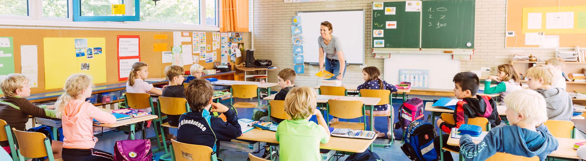 Eine Schulklasse wird unterrichtet.