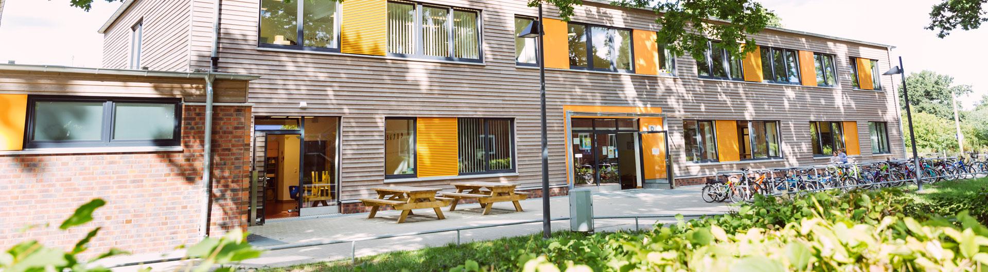 Frontansicht des neuen Schulgebäudes