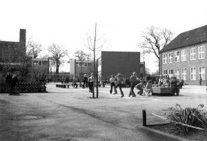 Der Schulhof von damals in schwarz weiß Aufnahme