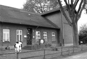 Ein schwarz weiß Bild der Schule damals
