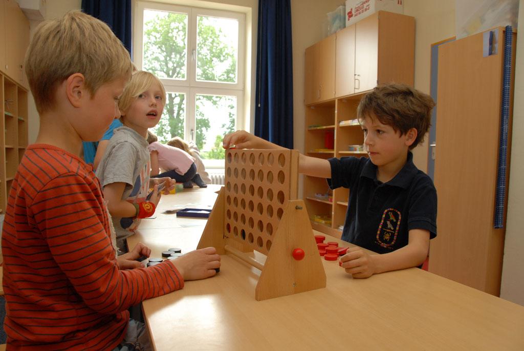 Einige Schüler spielen 4 gewinnt.