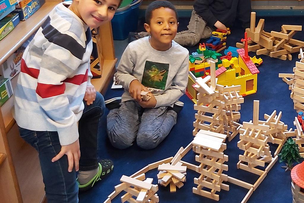 Eiige Vorschüler bauen mit Kapla Steinen